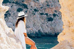 אישה מביטה אל הים בנופש